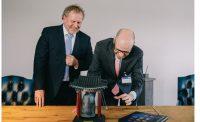 Dr. Peter Tauber läutet die Glocke